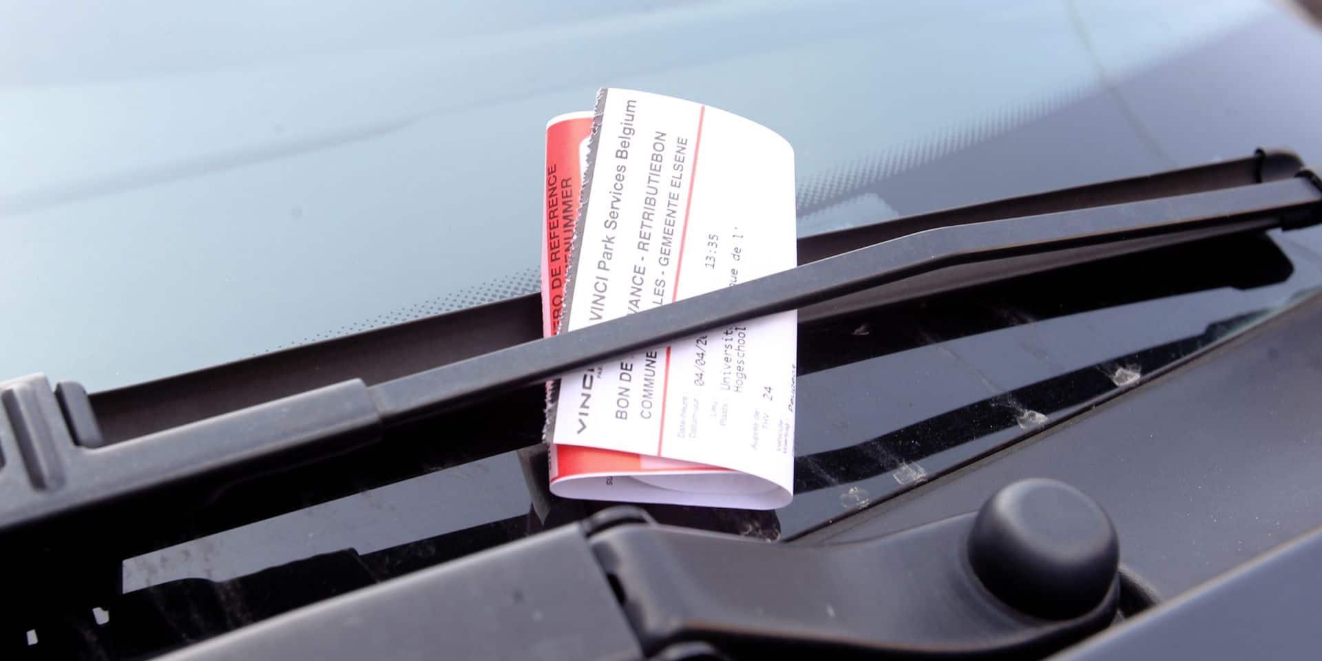 A Wavre, Vanessa a été verbalisée car son ticket de stationnement se trouve sur son pare-brise