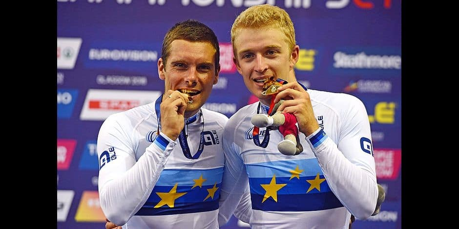 (L-R) gold medallists Belgium's Kenny De Ketele and Belgium's Robbe Ghys pose on the podium during the medal ceremony for the men's madison race final of the track cycling at the Sir Chris Hoy velodrome during the 2018 European Championships in Glasgow on August 6, 2018. / AFP PHOTO / Andy BUCHANAN