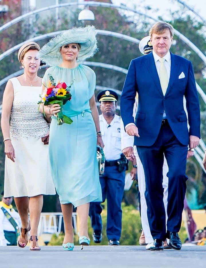 La Reine Maxima opte pour un look romantique dans cette robe vaporeuse bleu lagon, signée Natan également