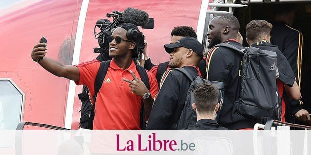 """(From top-L) Red Devils Belgium's national football team player Michy Batshuayi (L) takes a selfie picture with his teammates Moussa Dembele, Vincent Kompany, forward Romelu Lukaku, as they board the plane the """"Trident"""" at the Zaventem airport, near Brussels, at the departure of the team for Moscow on June 13, 2018, ahead of the Russia 2018 World Cup. / AFP PHOTO / JOHN THYS"""