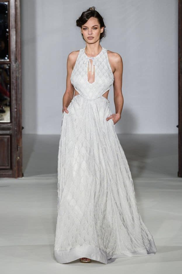 Les robes sont raffinées et légères chez Maria Aristidou.