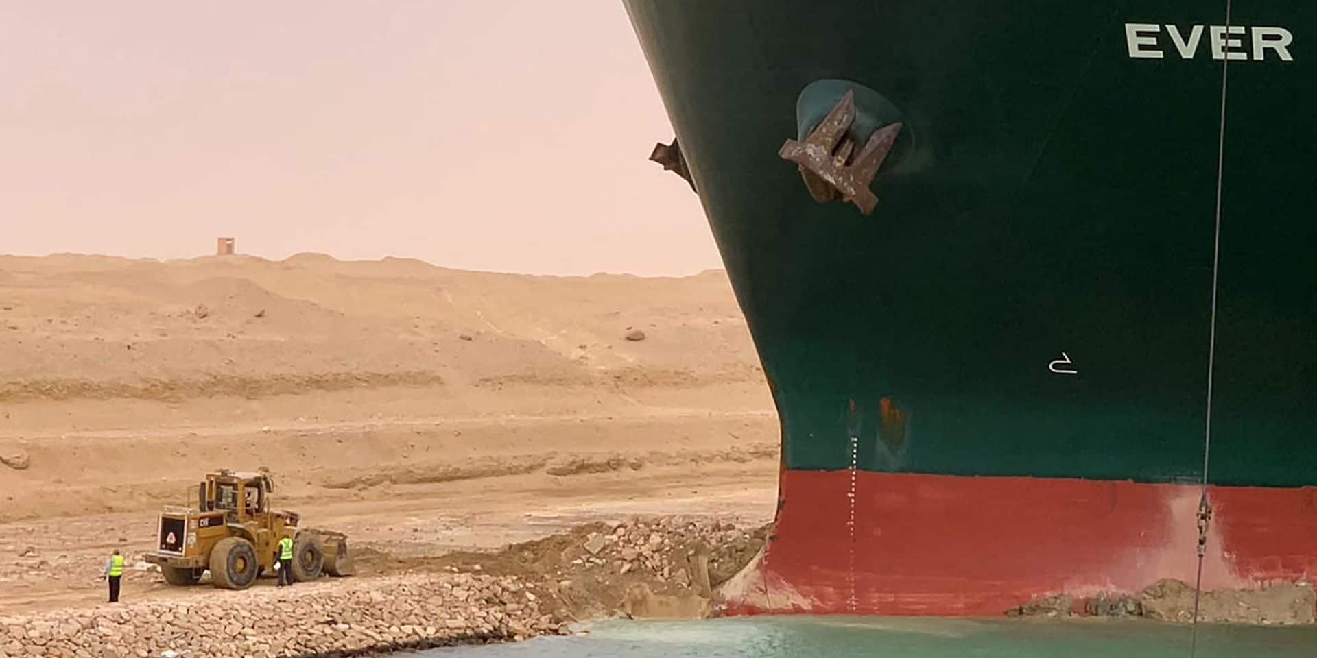 60 mètres de haut, 400 mètres de long et plus de 220 000 tonnes : c'est un véritable mastodonte qui encombre le canal de Suez.