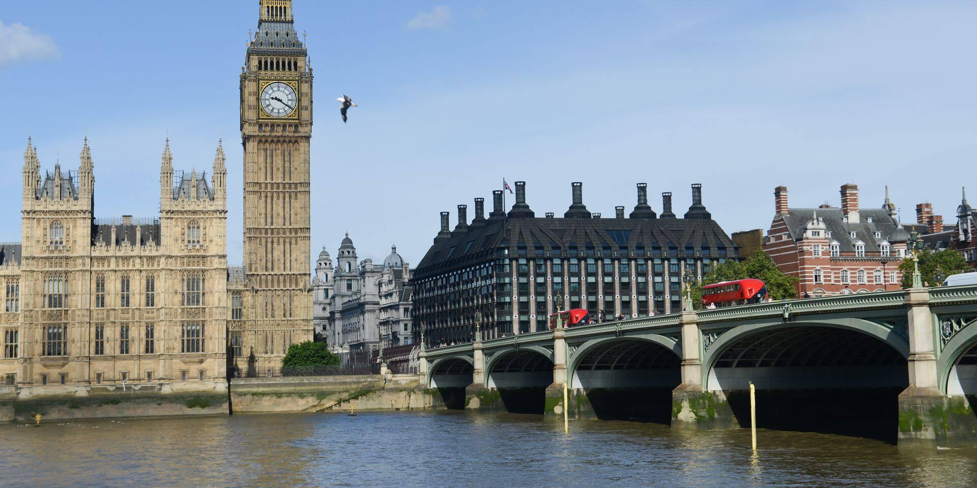 Cent députés britanniques veulent mettre fin aux vacances du Parlement
