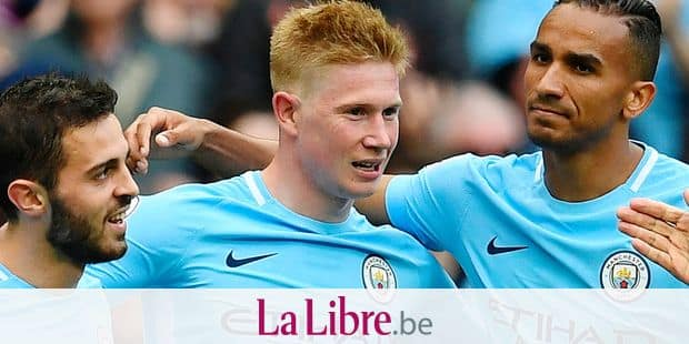Manchester City's Belgian midfielder Kevin De Bruyne (C) celebrates scoring their third goal during the English Premier League football match between Manchester City and Swansea at the Etihad Stadium in Manchester, north west England, on April 22, 2018. / AFP PHOTO / Paul ELLIS / RESTRICTED TO EDITORIAL USE. No use with unauthorized audio, video, data, fixture lists, club/league logos or 'live' services. Online in-match use limited to 75 images, no video emulation. No use in betting, games or single club/league/player publications. /