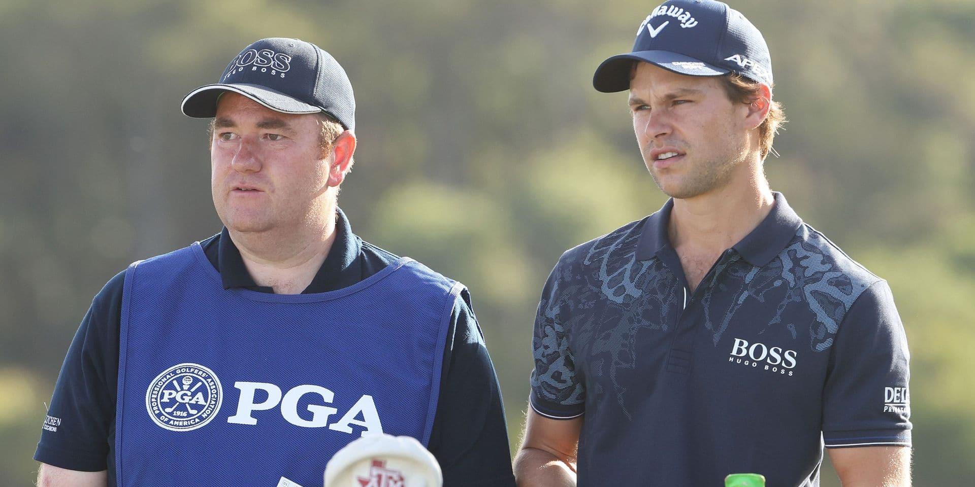Thomas Detry perplexe et à l'écoute de son caddie lors du premier tour du PGA Championship.