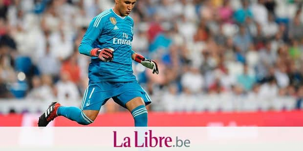 Real Madrid's Costa Rican goalkeeper Keylor Navas controls the ball during the Santiago Bernabeu Trophy football match between Real Madrid and AC Milan in Madrid on August 11, 2018. (Photo by GABRIEL BOUYS / AFP)