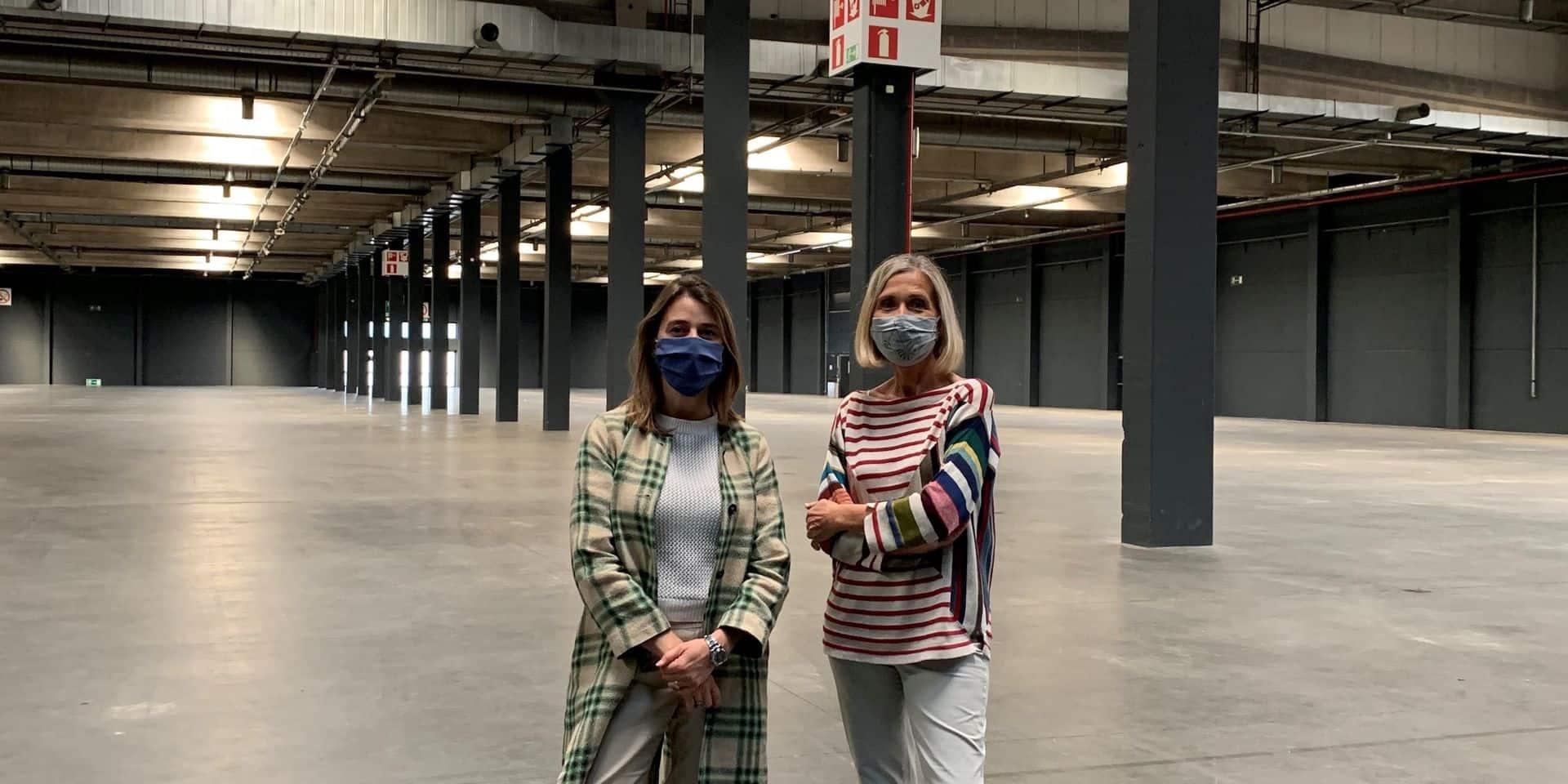 Nele Verhaeren (à gauche) et Anne Vierstraete (à droite), directrices de Art Brussels et Art Antwerp, dans le hall d'Antwerp Expo.