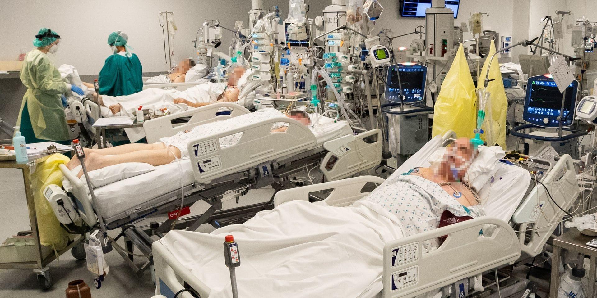 """Partagés entre tristesse, peur et courage, les hôpitaux foncent vers la catastrophe: """"On ne sera pas sortis de la crise sanitaire avant plusieurs mois"""""""