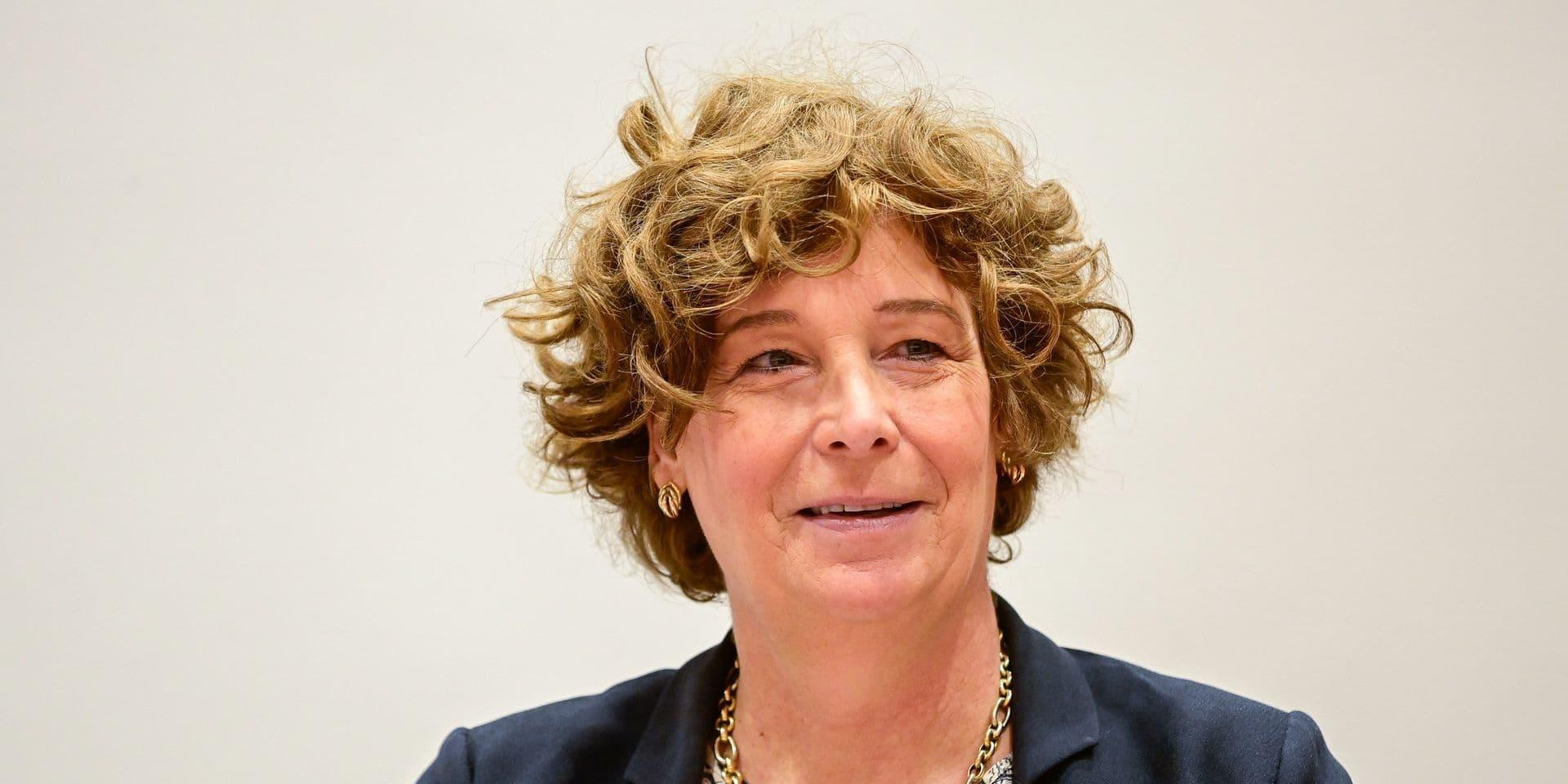 Petra De Sutter, ministre de la Fonction publique et Vincent Van Peteghem, ministre des Finances, ont remis leur diplôme aux 21 nouveaux employés du SPF Finances.