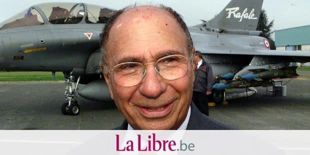 ©REGIS DUVIGNAU/MAXPPP 14/01 La Libye va commnander 13 a 18 avions de chasse Rafale fabriques par Dassault Aviation, afin de moderniser son armee, devenant ainsi le premier client etranger du Rafale, rapporte Le Journal du Dimanche, citant une source proche des milieux gouvernementaux a Tripoli. ARCHIVES Libya plans to order between 13 and 18 French-made Rafale fighter jets as part of its plans to modernise its army, the Journal du Dimanche said on Sunday quoting Libyan government sources. SERGE DASSAULT DEVANT UN AVION RAFALE A POITIERS LORS DU TRENTIEME ANNIVERSAIRE DE L'USINE. Serge Dassault (R) near a Rafale Jet in Poitiers, September 20,2002, south center France, during the thirtieth birthay of the factory.