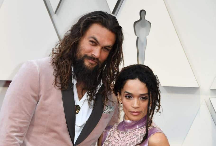 Jason Momoa, le héros du film Aquaman, et son épouse Lisa Bonet se sont mis d'accord avant de se rendre à la cérémonie : ce sera du rose poudré pour tous les deux.