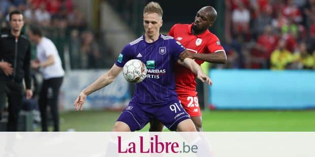 Anderlecht's Lukasz Teodorczyk and Standard's Luis Pedro Cavanda fight for the ball during the Jupiler Pro League match between Standard de Liege and RSCA Anderlecht, in Liege, Wednesday 18 April 2018, on day four of the Play-Off 1 of the Belgian soccer championship. BELGA PHOTO VIRGINIE LEFOUR