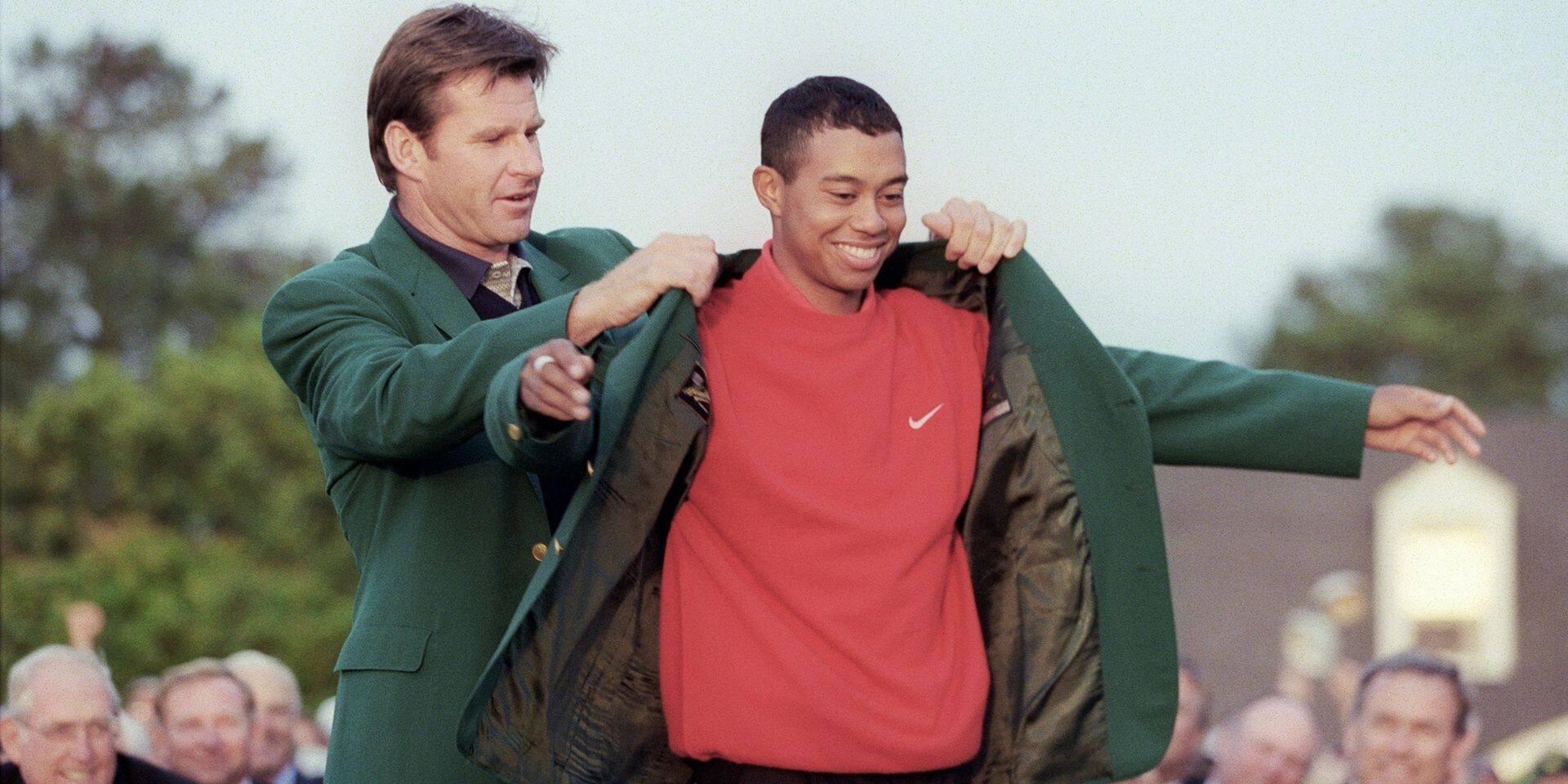 Nick Faldo remet la green jacket au jeune Tiger Woods en 1997.
