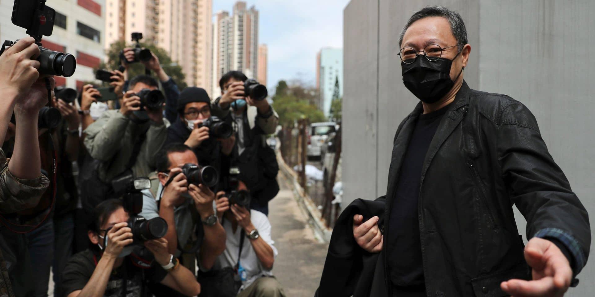 Benny Tai, figure centrale des manifestations de 2014, pose pour les journalistes avant de se rendre dans un commissariat d'Hong Kong.