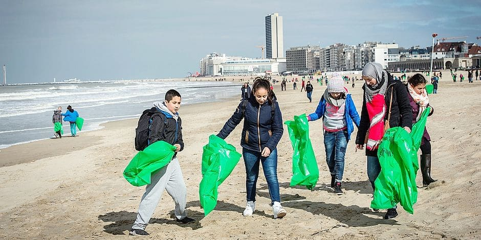 20150322 - OOSTENDE, BELGIUM: Illustration shows lots of people with green bags at the sixth edition of the Eneco Clean Beach Cup with around 1500 voluntaries and 17 Belgian surf clubs take part at the 20th edition of beach cleaning all around the world, Sunday 22 March 2015 in Oostende. BELGA PHOTO JASPER JACOBS