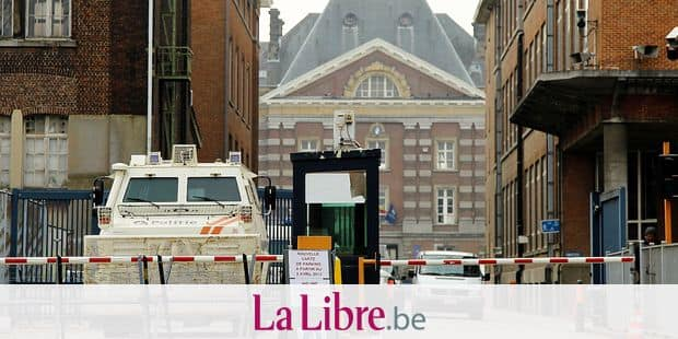 20130403 - BRUSSELS, BELGIUM: Illustration picture shows the extra security measures taken at the Federal Police barracks in Etterbeek, Brussels, Wednesday 03 April 2013. Extra security was issued after terrorism suspect Hakim Benladghem was shot last week. BELGA PHOTO VIRGINIE LEFOUR