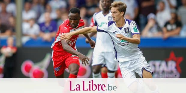 Mouscron's Fabrice Olinga and Anderlecht's Sieben Dewaele fight for the ball during a soccer match between Royal Excel Mouscron and RSC Anderlecht, Sunday 04 August 2019 in Mouscron, on the second day of the 'Jupiler Pro League' Belgian soccer championship season 2019-2020. BELGA PHOTO BRUNO FAHY