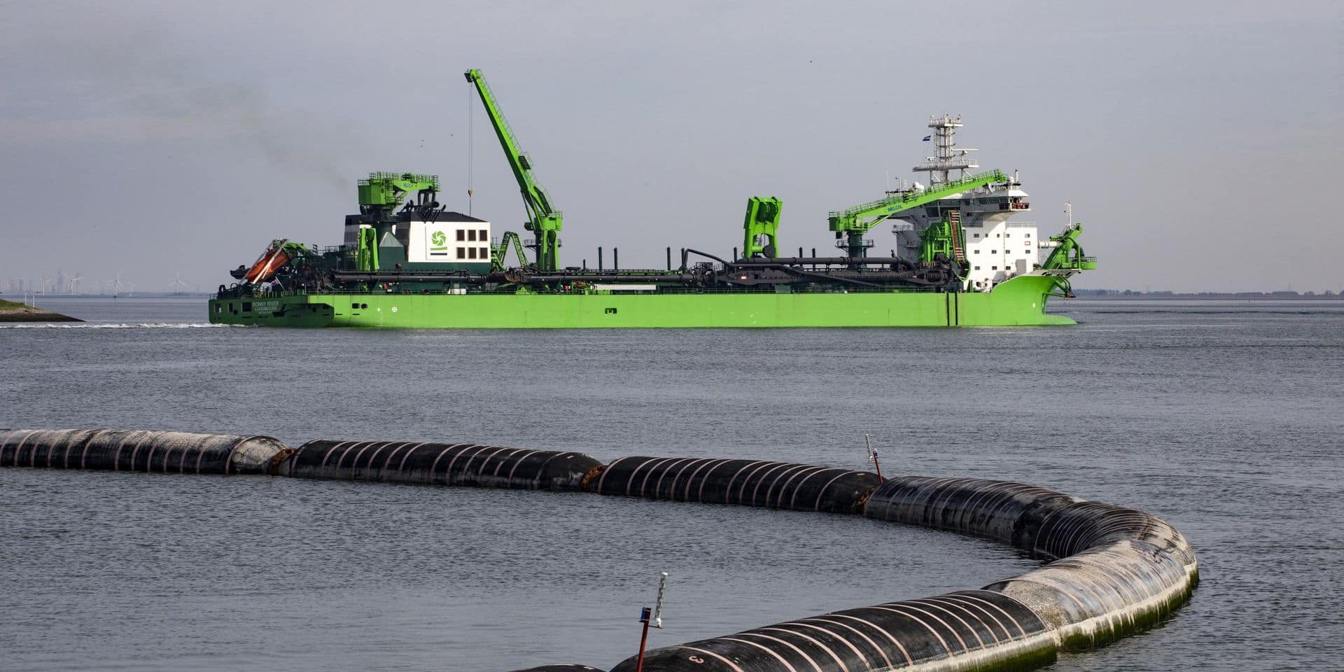 L'activité d'Ackermans & van Haaren est concentrée sur deux grands pôles : la participation dans CFE (et donc dans le spécialiste du dragage maritime DEME) et un pôle de banque privée (avec principalement Bank Delen et Bank J. Van Breda).