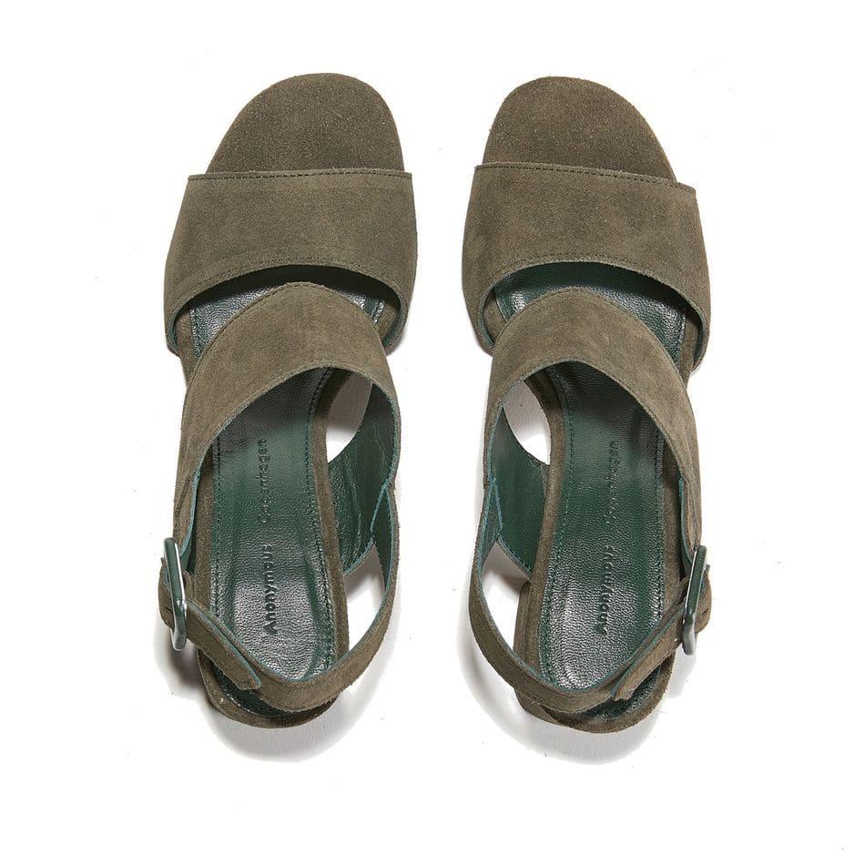 Des sandales à talon, oui, mais légères. Comme ce modèle                                     Anonymous Copenhagen au poids plume, 129 euros