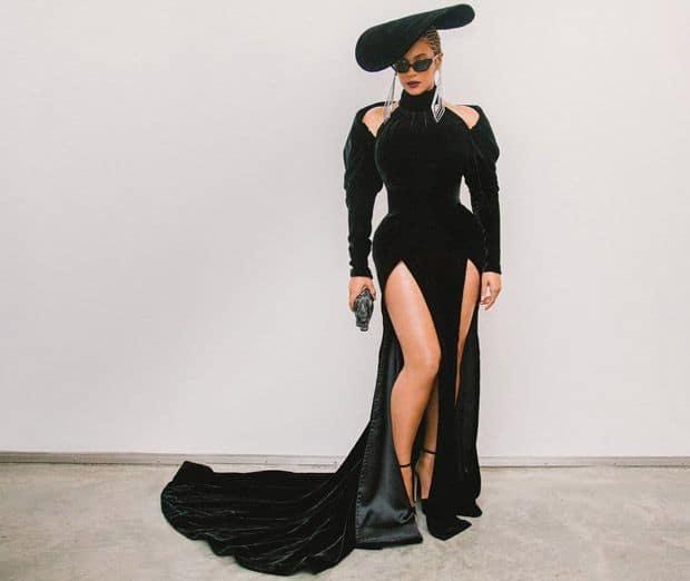 Beyonce, sculpturale dans cette robe structurée de Nicolas Jebran. Magnifique debout, plus difficile à porter assise...