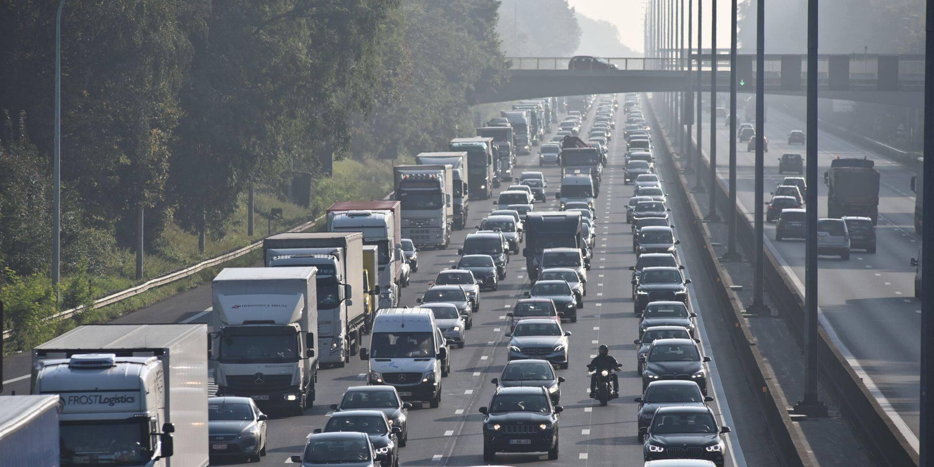 Dix kilomètres de file sur l'E40 en direction de la côte après un accident à Drongen