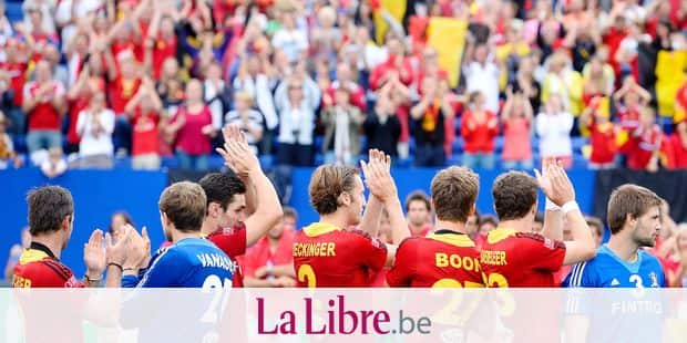 20130825 - BOOM, BELGIUM: Belgian team pictured during the medal ceremony after the men's hockey game between the Belgium Red Lions and Germany, the final of the European Hockey Championships 2013, Sunday 25 August 2013, at the Braxgata hockey club in Boom. BELGA PHOTO DIRK WAEM