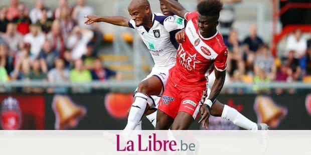 Anderlecht's Vincent Kompany and Mouscron's Frank Boya fight for the ball during a soccer match between Royal Excel Mouscron and RSC Anderlecht, Sunday 04 August 2019 in Mouscron, on the second day of the 'Jupiler Pro League' Belgian soccer championship season 2019-2020. BELGA PHOTO VIRGINIE LEFOUR