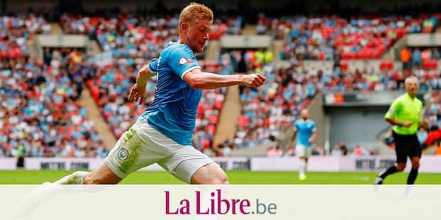 Manchester City's Belgian midfielder Kevin De Bruyne runs with the ball during the English FA Community Shield football match between Manchester City and Liverpool at Wembley Stadium in north London on August 4, 2019. (Photo by Adrian DENNIS / AFP) / NOT FOR MARKETING OR ADVERTISING USE / RESTRICTED TO EDITORIAL USE