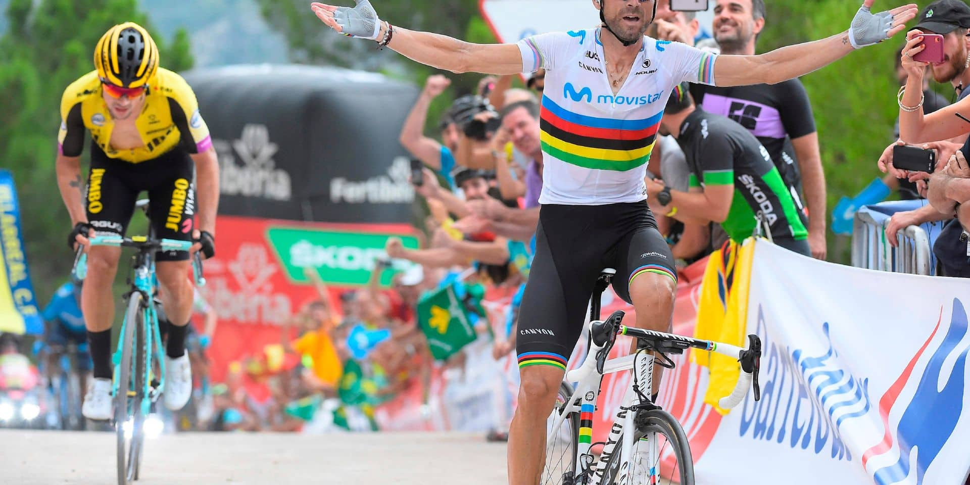 Team Movistar rider Spain's Alejandro Valverde (R) crosses the finish line in front of Team Jumbo rider Slovenia's Primoz Roglic (L) and wins the seventh stage of the 2019 La Vuelta cycling tour of Spain, a 183, 2 km race from Onda to Mas de la Costa on August 30, 2019 in Mas de la Costa. (Photo by JOSE JORDAN / AFP)