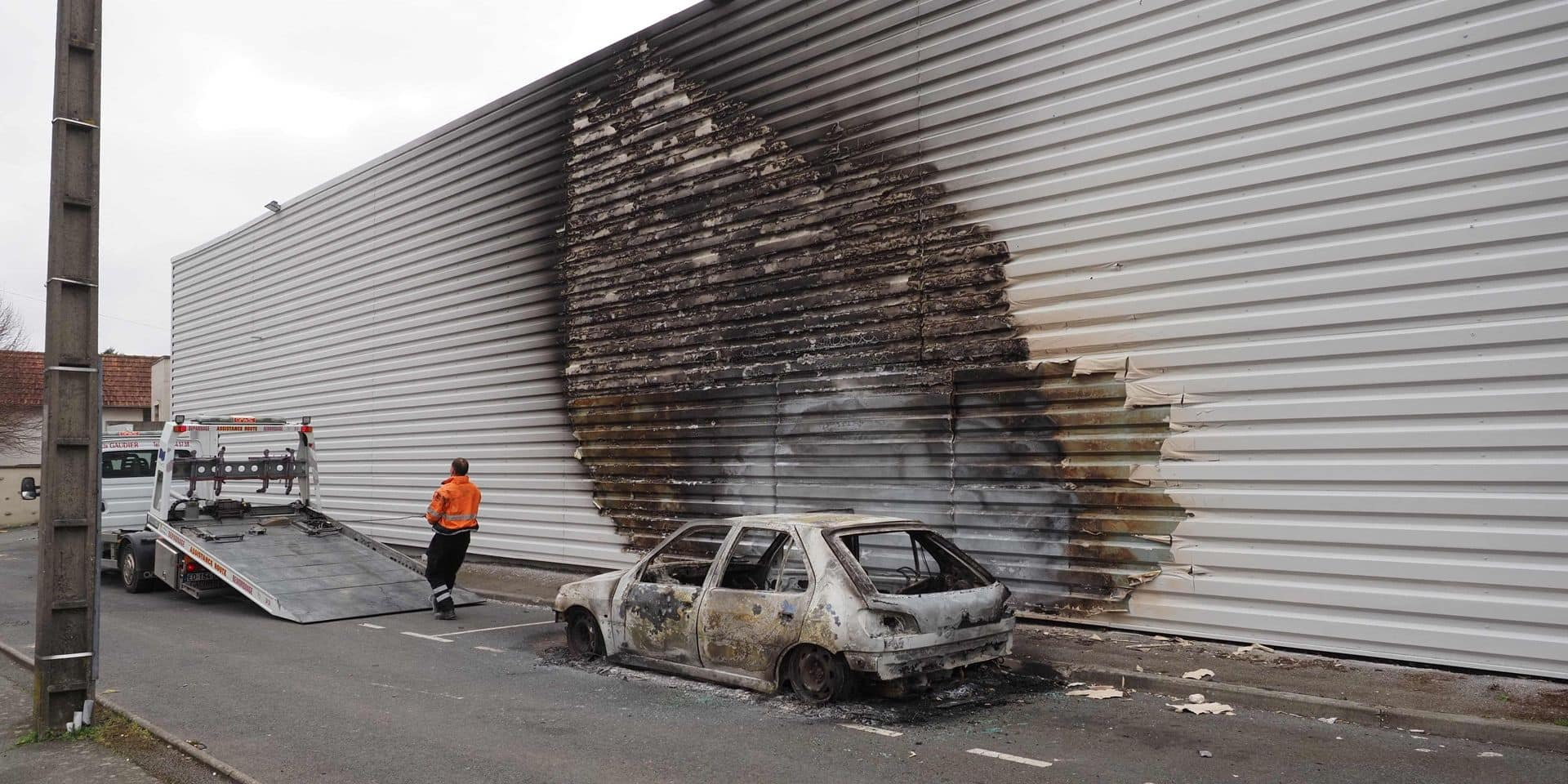 Supermarché vandalisé, station-service incendiée: la ville de Blois en proie à des scènes de guérilla urbaine après un accident