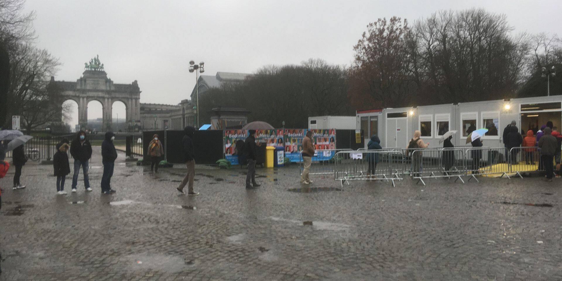 """Une file interminable devant un centre de testing suite à un mail du Collège Saint-Michel: """"Ce n'est pas normal"""""""