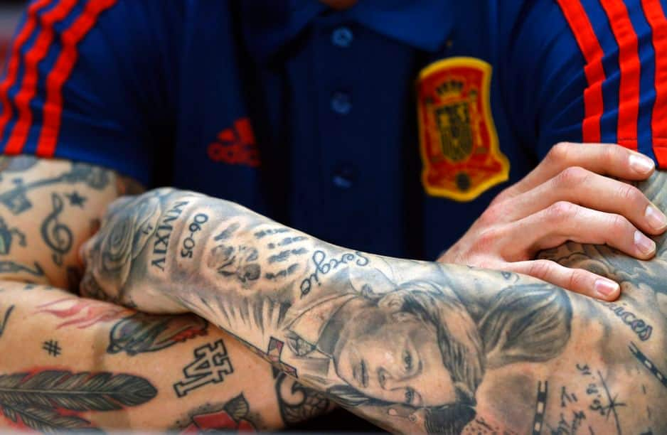 Sergio Ramos (Espagne) a toute sa vie dessinée sur ses bras : sa compagne, ses transferts, la date des attentats de Madrid et de New York, ses mantras, ses trophées.